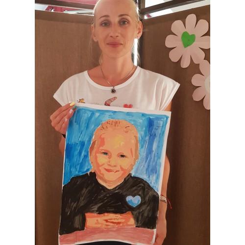 И тя нарисува дъщеричката си :)